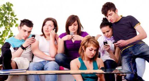 Imagen de un grupo de chicos con el telefono